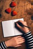 Carte de lettre d'amour d'écriture de femme pour le jour de valentines Image stock
