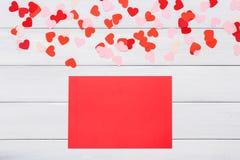 Carte de lettre de Saint Valentin sur le fond blanc Photos stock