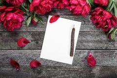 Carte de livre blanc avec le crayon en bois sur le fond en bois rustique Image libre de droits