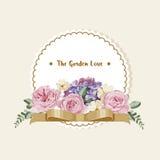 Carte de luxe avec les fleurs de vintage, le ruban d'or et le label rond blanc Image libre de droits