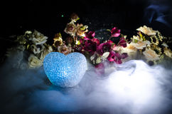 Carte de mariage, anneaux de mariage Bouquet de mariage, fond Branche fleurissante avec les fleurs sensibles blanches sur la surf Photographie stock