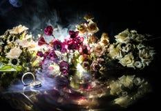Carte de mariage, anneaux de mariage Bouquet de mariage, fond Branche fleurissante avec les fleurs sensibles blanches sur la surf Photos stock