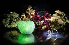 Carte de mariage, anneaux de mariage Bouquet de mariage, fond Branche fleurissante avec les fleurs sensibles blanches sur la surf Photographie stock libre de droits
