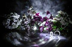 Carte de mariage, anneaux de mariage Bouquet de mariage, fond Branche fleurissante avec les fleurs sensibles blanches sur la surf Photo libre de droits