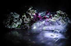 Carte de mariage, anneaux de mariage Bouquet de mariage, fond Branche fleurissante avec les fleurs sensibles blanches sur la surf Photo stock