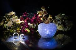Carte de mariage, anneaux de mariage Bouquet de mariage, fond Branche fleurissante avec les fleurs sensibles blanches sur la surf Photos libres de droits