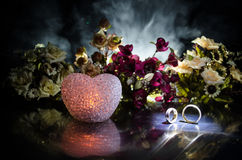 Carte de mariage, anneaux de mariage Bouquet de mariage, fond Branche fleurissante avec les fleurs sensibles blanches sur la surf Images stock