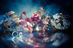 Carte de mariage, anneaux de mariage Bouquet de mariage, fond Branche fleurissante avec les fleurs sensibles blanches sur la surf Image stock