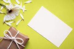 Carte de message et fleur déchirée Photographie stock