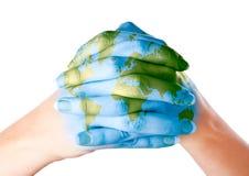 Carte de monde peinte sur des mains Images libres de droits
