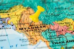 Carte de Myanmar avec une punaise jaune coincée Images stock