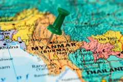 Carte de Myanmar avec une punaise verte coincée Photographie stock