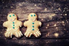 Carte de Noël avec des biscuits, des décorations et fal de bonhomme en pain d'épice Photo stock