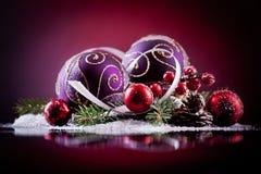 Carte de Noël avec des boules de Noël sur un fond foncé Photos libres de droits