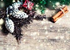 Carte de Noël avec des cadeaux de Noël, branches d'arbre de sapin, Noël h Image stock