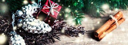 Carte de Noël avec des cadeaux de Noël, branches d'arbre de sapin, Noël h Photos stock