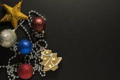 Carte de Noël avec des décorations photos stock
