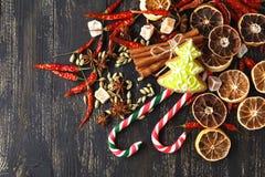 Carte de Noël avec l'espace pour des salutations avec le biscuit de gingembre, voiture Photo stock