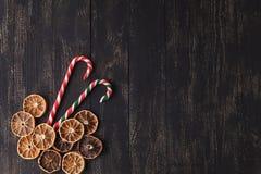 Carte de Noël avec l'espace pour des salutations avec le biscuit de gingembre, voiture Photographie stock libre de droits
