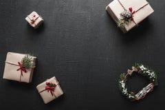 Carte de Noël Avec l'espace pour un message de salutation pour aimé Cadeaux qui attendent des enfants L'ambiance de Noël Images libres de droits