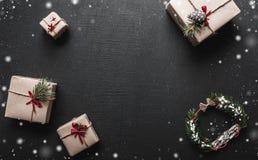 Carte de Noël avec l'espace pour un message de salutation pour aimé Cadeaux qui attendent des enfants l'ambiance de Noël Photo libre de droits