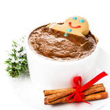 Carte de Noël avec le bonhomme en pain d'épice et le chocolat chaud, cannelle Photo libre de droits