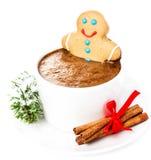 Carte de Noël avec le bonhomme en pain d'épice et le chocolat chaud, cannelle Photographie stock libre de droits