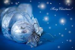 Carte de Noël avec les boules et le ruban argentés Photos stock