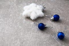 Carte de Noël avec les boules et les étoiles argentées sur l'en bois bleu merci Images libres de droits