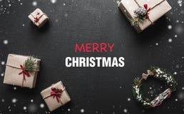 Carte de Noël Avec un message de félicitations pour aimé Cadeaux qui attendent des enfants L'ambiance de Noël est Photo libre de droits