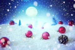 Carte de Noël avec une forêt d'hiver et décorations de Noël dans une nuit éclairée par la lune Les éléments de cette image meublé image libre de droits