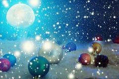 Carte de Noël avec une forêt d'hiver et décorations de Noël dans une nuit éclairée par la lune Les éléments de cette image meublé photographie stock libre de droits