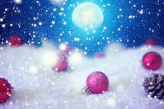 Carte de Noël avec une forêt d'hiver et décorations de Noël dans une nuit éclairée par la lune Les éléments de cette image meublé photos stock