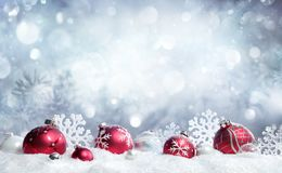 Carte de Noël - babioles et flocons de neige rouges image libre de droits