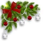 Carte de Noël Branches vertes d'un arbre de Noël avec de l'argent, les boules rouges et le ruban sur un fond blanc angulaire Images stock