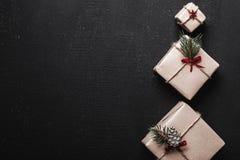 Carte de Noël Cadeaux symétriquement disposés du côté droit de la photo sous forme de sapin décoratif, se tenant Photo stock
