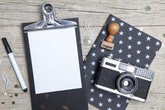Carte de Noël créative avec un vieil appareil-photo de photo Photographie stock libre de droits