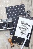 Carte de Noël créative avec un vieil appareil-photo de photo Photographie stock