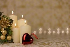 Carte de Noël de salutation avec les bougies et les ornements brûlants Images stock
