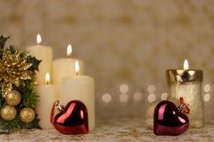 Carte de Noël de salutation avec les bougies et les ornements brûlants Photographie stock