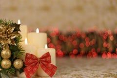 Carte de Noël de salutation avec les bougies et les ornements brûlants Image stock
