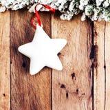 Carte de Noël de vintage avec l'arbre de sapin couvert de neige et de festi Photographie stock libre de droits