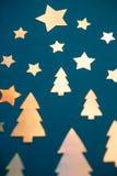 Carte de Noël faite d'arbres de Noël coupés de papier brillant et Images stock