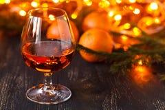 Carte de Noël heureux ou de nouvelle année Décorations de nouvelle année ou de Noël avec des mandarines et des lumières de Noël Images stock