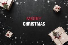 Carte de Noël Les cadeaux ont arrangé symétriquement, par des coins, avec l'espace vide au centre, pour une salutation de Noël Photographie stock