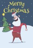 Carte de Noël de Santa Claus de sourire dans la danse de chandail de cerfs communs pendant la nuit devant l'arbre de Noël sous la Photographie stock