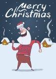 Carte de Noël de Santa Claus de sourire dans la danse de chandail de cerfs communs pendant la nuit neigeuse devant les maisons de Photos libres de droits