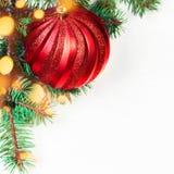Carte de Noël sur le fond en bois blanc avec la boule rouge christ Photos libres de droits