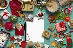 Carte de Noël vide, collection, cadeaux et ornements décoratifs, sur le fond bleu Photographie stock