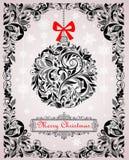 Carte de Noël de vintage avec le modèle floral et la boule décorative accrochante Photographie stock libre de droits